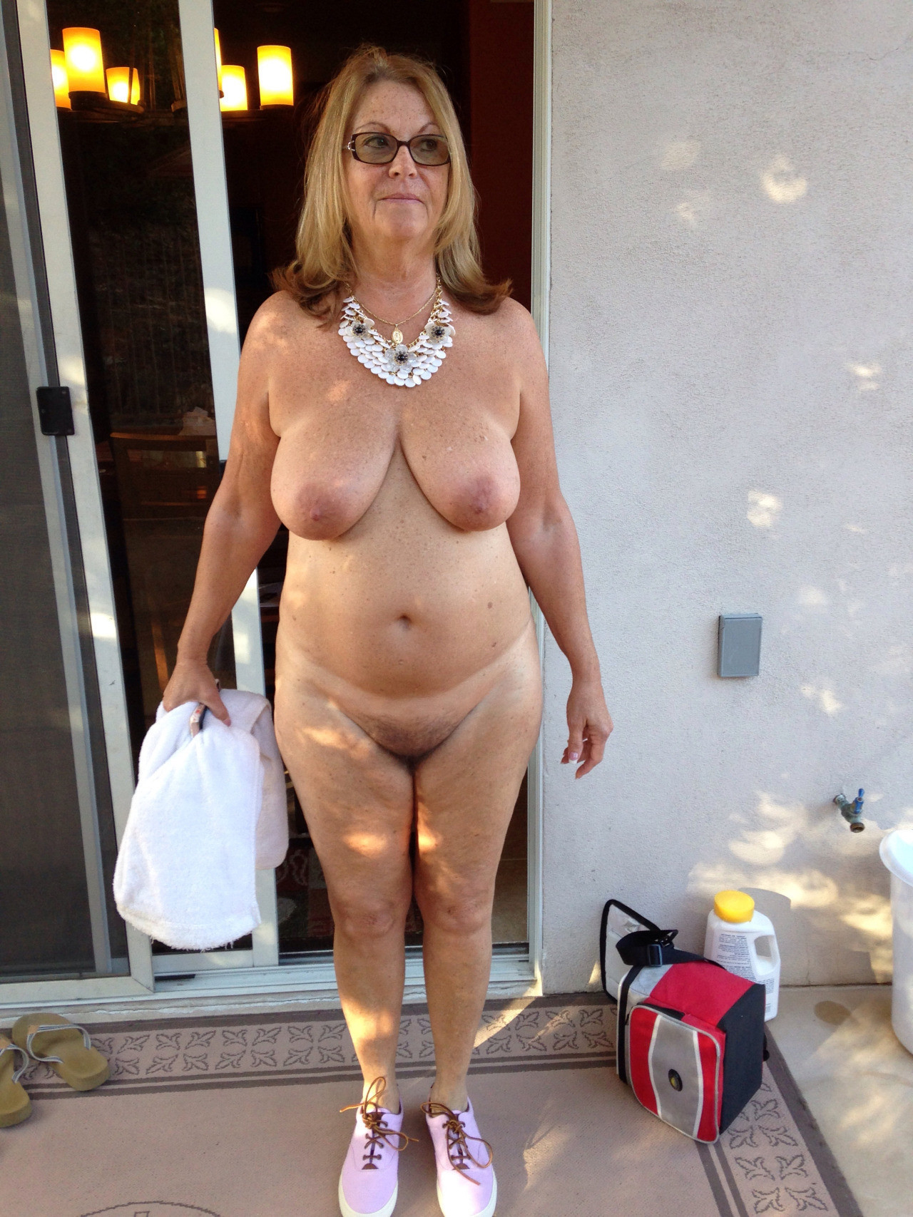 Amateur naked house wife